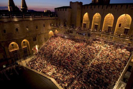 Découvrir Avignon : spectacles du Festival côté cour, musée Epicurium côté jardin